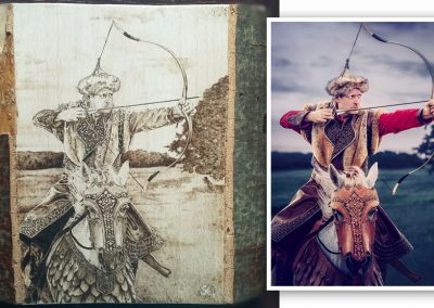 A Lovasíjász című film borítóképe. A szabad kézzel készült pirográfiát Kassai Lajosnak ajándékoztam. Tömör bükk fa, kb. A4-es méret