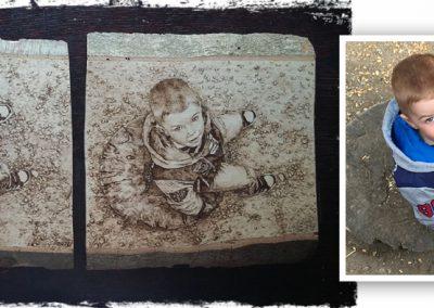 Ugyanazt a kisfiút ábrázolja a két szabad kézzel készült pirográfia. Két családtagnak szánták ajándékba. Tömör bükkfa, kb.A4-es méretek